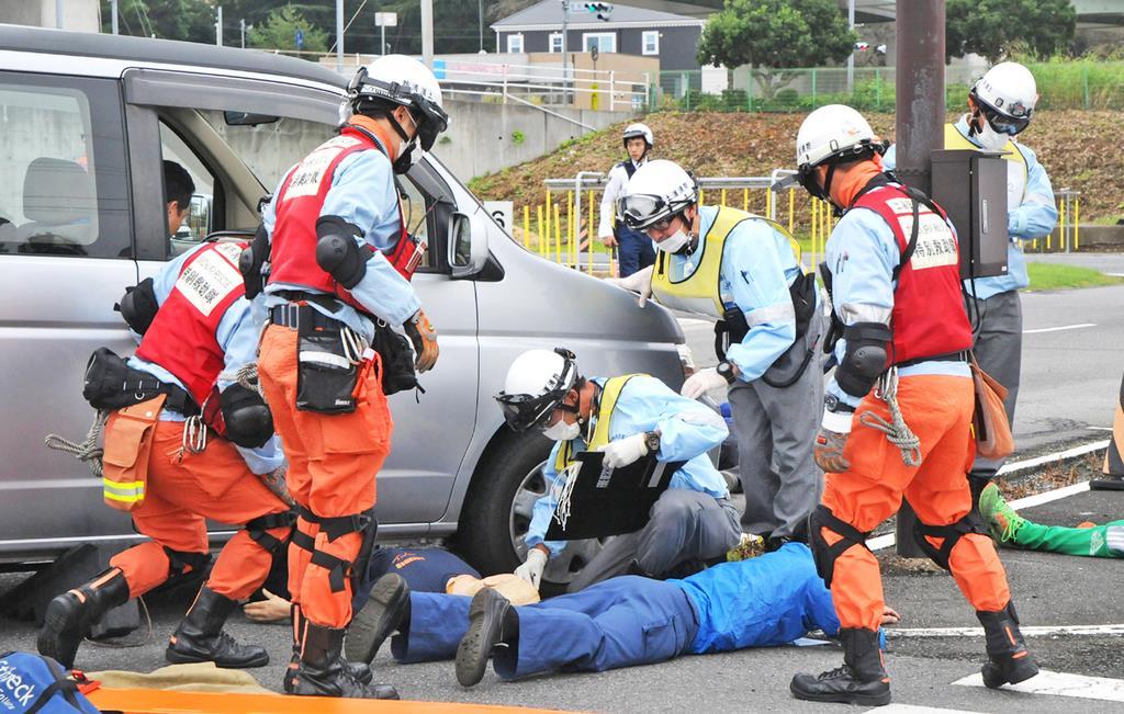 けが人を救助する訓練に臨む消防隊員ら=11日午前、茨城県土浦市真鍋(篠崎理撮影)