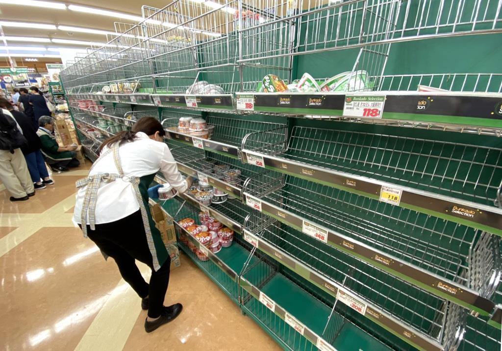 台風19号に備え、商品棚ががらがらとなっている都内のスーパー=11日、都内