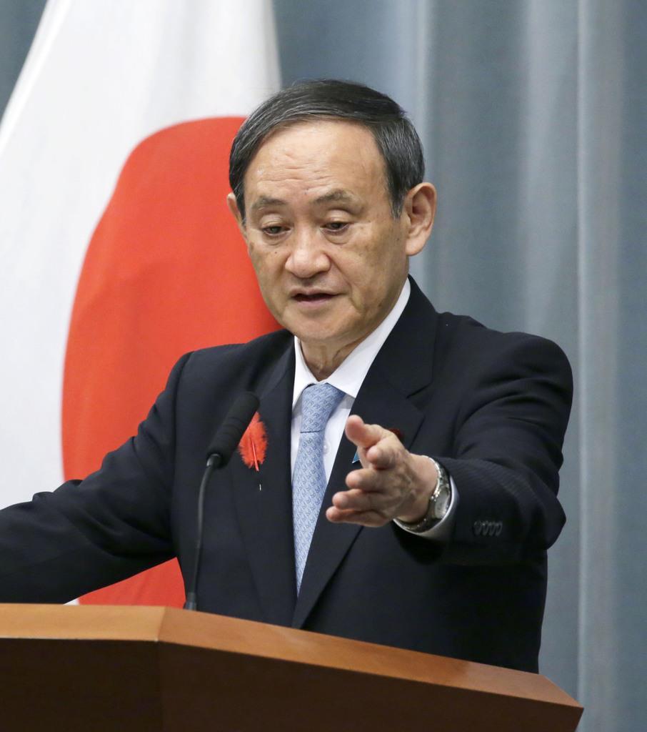 記者会見する菅官房長官=11日、首相官邸
