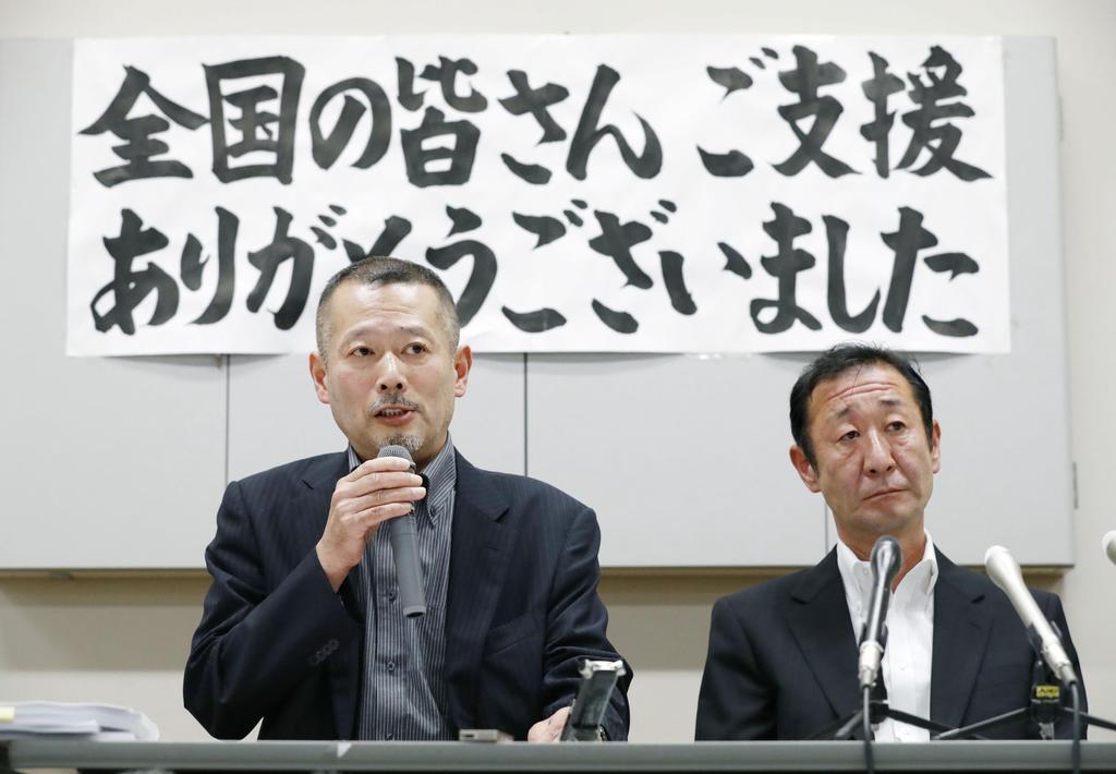 大川小津波訴訟で勝訴判決が確定し、記者会見する遺族代表の今野浩行さん(左)ら=11日午後、仙台市
