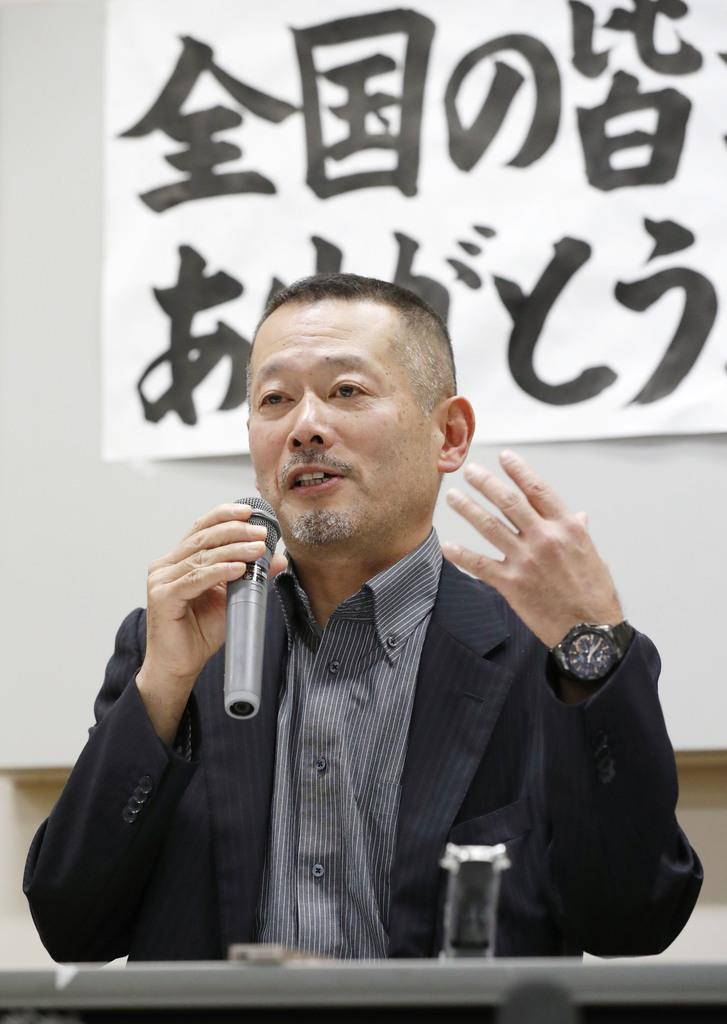 記者会見する遺族代表の今野浩行さん=11日午後、仙台市