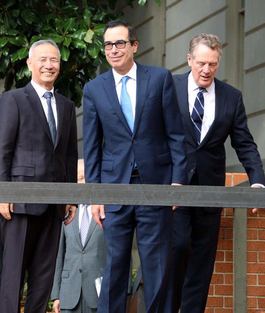 閣僚級貿易協議に臨む(左から)中国の劉鶴副首相、米国のムニューシン財務長官、ライトハイザー通商代表=10日、ワシントン(共同)