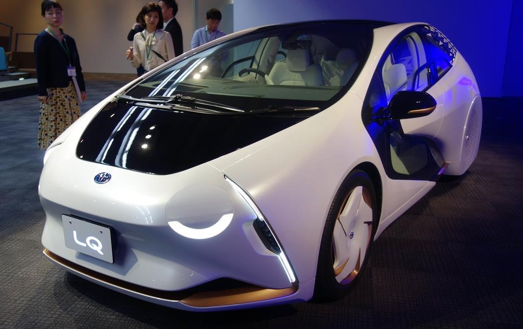 トヨタ自動車が開発した、AI搭載の自動運転電気自動車のコンセプトカー「LQ」。ドアの一部が透明なデザインで、ライトが目のように動いたりして車外とコミュニケーションを図る