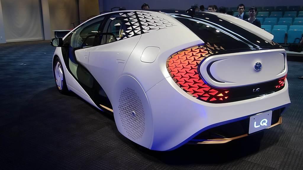 トヨタ自動車が開発したAI搭載の自動運転電気自動車のコンセプトカー「LQ」の後部デザイン