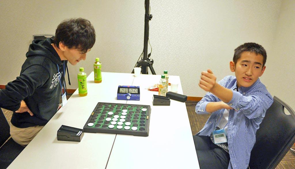 第43回世界オセロ選手権の決勝で、高橋晃大さん(右)が高梨悠介さんを破り初優勝した