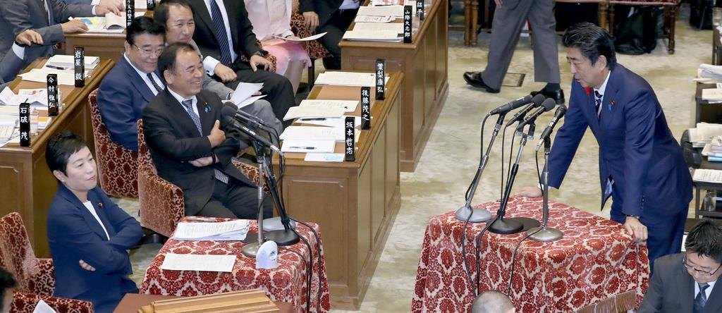 衆院予算委員会で答弁する安倍晋三首相(右)=11日午前(春名中撮影)
