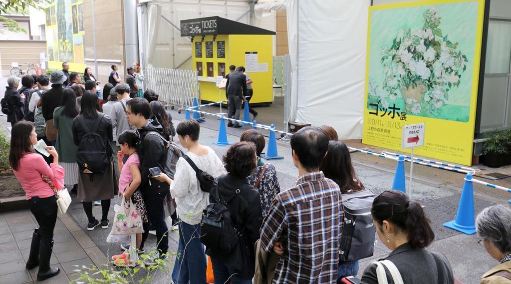 ゴッホ展開場前に大勢の入場客が列をつくった=11日午前、東京・上野公園の上野の森美術館(古厩正樹撮影)