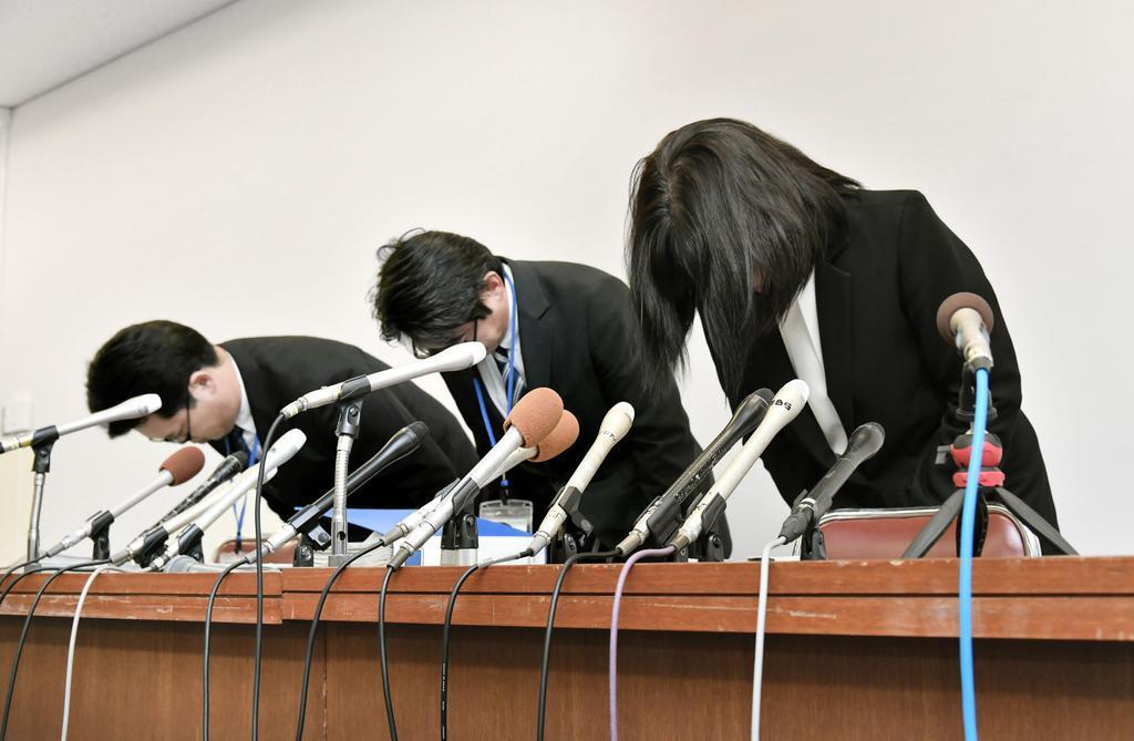 教諭いじめ問題で、頭を下げる市立東須磨小の仁王美貴校長(右)ら=9日午後、神戸市