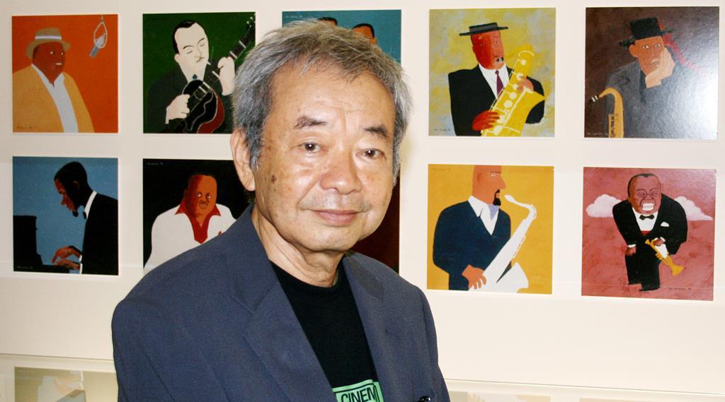 ジャズ名鑑『ポートレート・イン・ジャズ』の原画の前に立つ和田誠さん。右下の絵が和田さんの最も敬愛するサッチモ(ルイ・アームストロング)=世田谷文学館