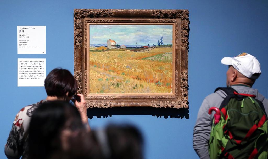 「麦畑」を鑑賞する入場客=11日午前、東京・上野公園の上野の森美術館(古厩正樹撮影)