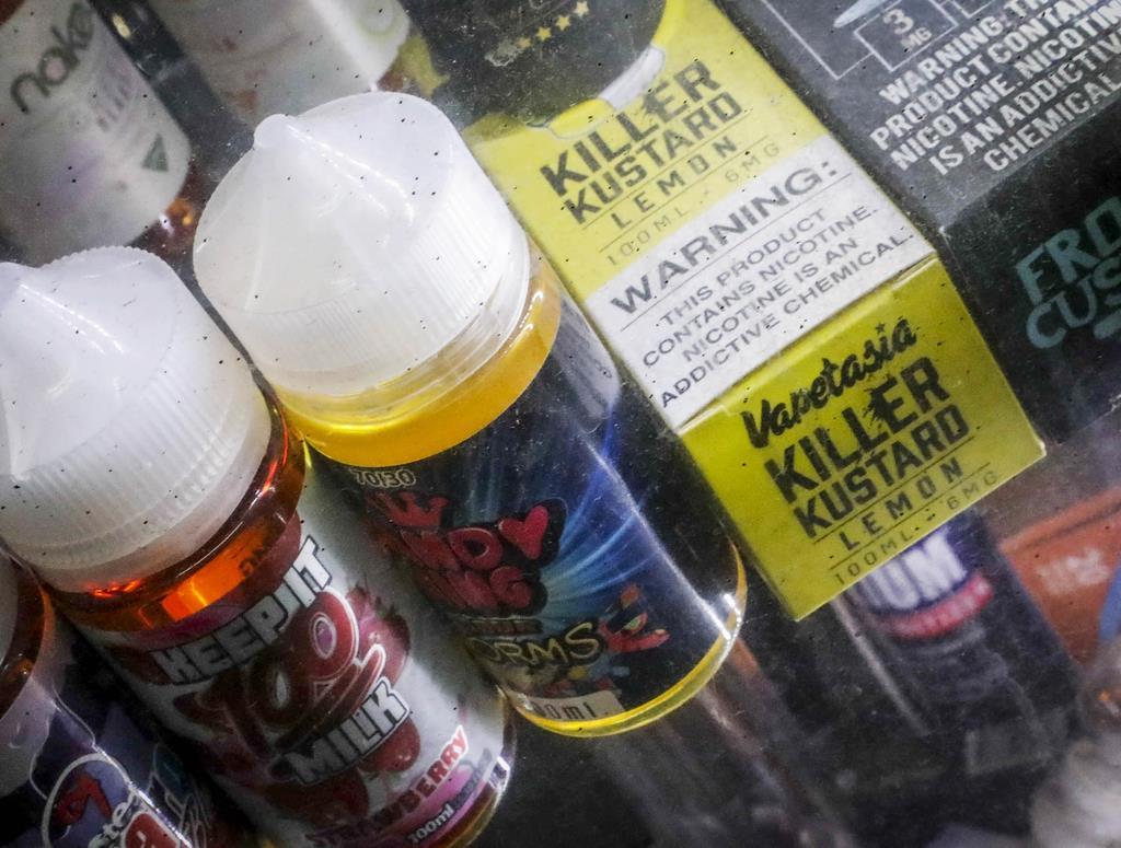 米ニューヨークの店頭に並んだフレーバー付きの電子たばこ(AP)