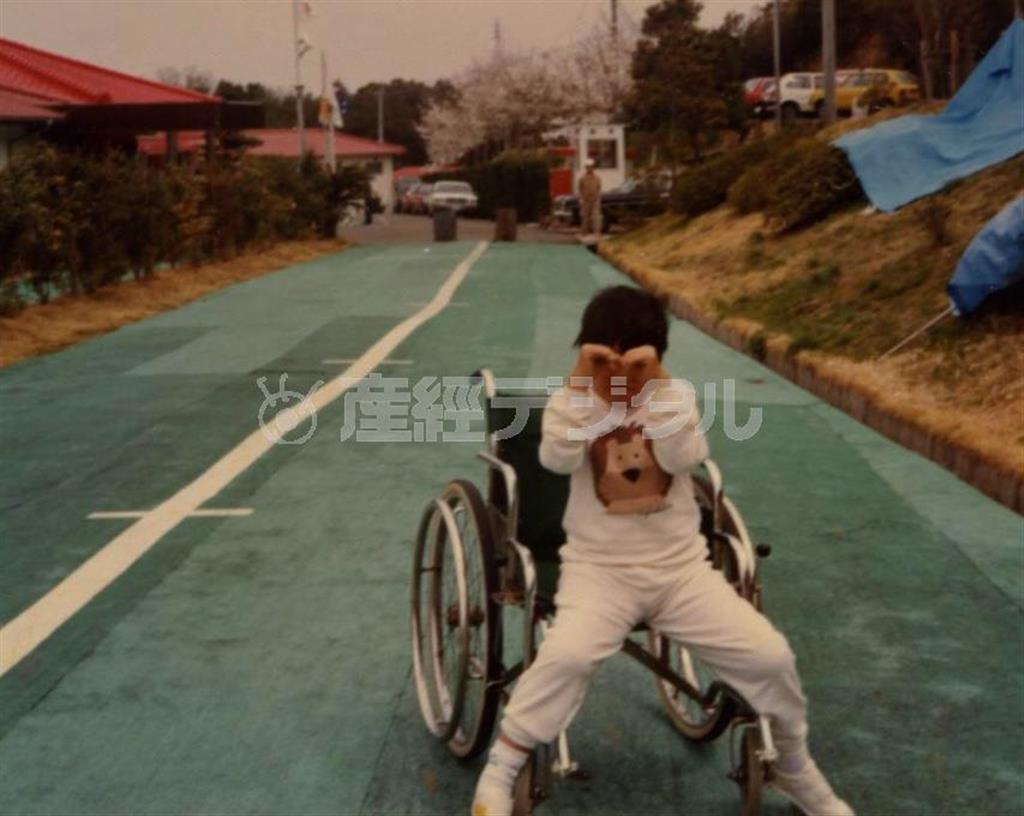 原因不明の難病のため歩くことが難しくなり、治療が続いた小学生時代の山下純一さん(本人提供)