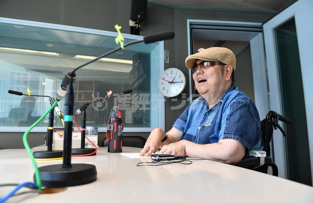 パーソナリティーを務めるラジオ大阪の番組「山下純一のバリアフリーFUNK!」(毎週日曜午前4時から放送)の収録に臨む =大阪市港区(南雲都撮影)