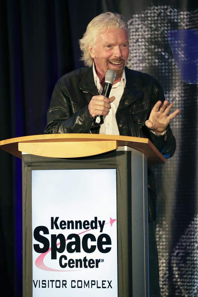 アポロ11号の月面着陸50周年記念行事が行われた米航空宇宙局(NASA)のケネディ宇宙センターで、自身の69歳の誕生日を祝う催しを開いた米宇宙旅行会社「ヴァージン・ギャラクティック」のリチャード・ブランソン会長=2019年7月18日、フロリダ州ケープカナベラル(AP)