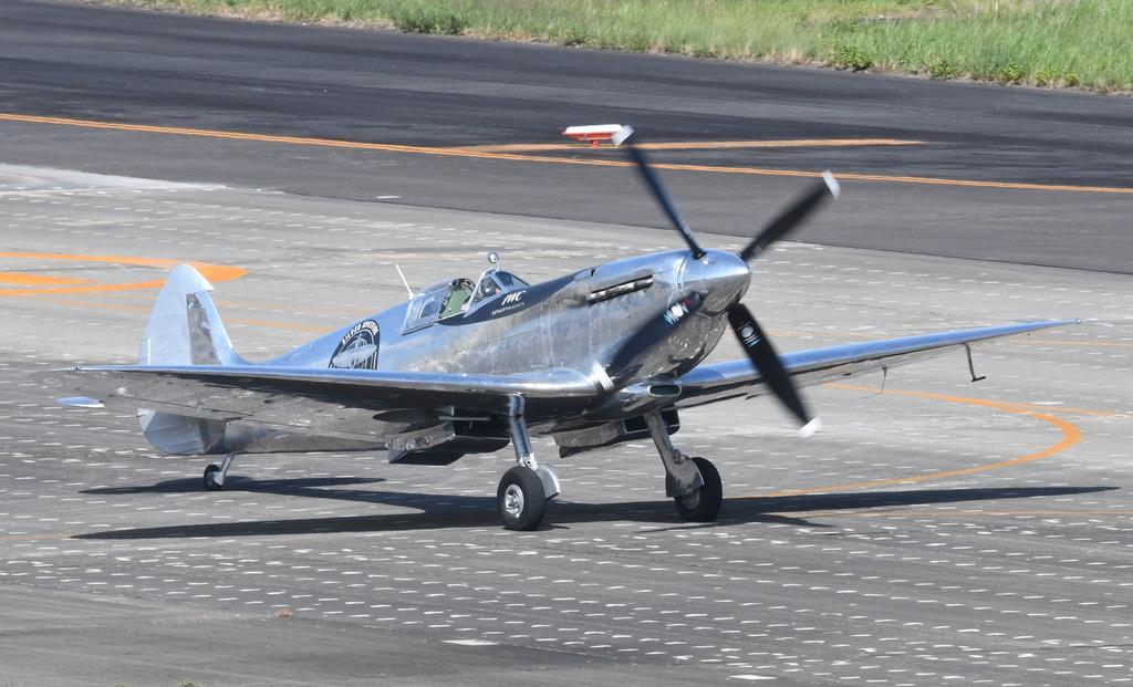 愛知県営名古屋空港に着陸したスピットファイア。台風19号の影響を避けるため日程を早めて名古屋に飛んだ =10日午後(岡田敏彦撮影)