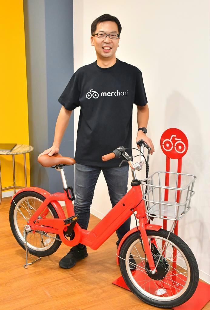 電動自転車の試作機を披露するメルチャリの運営会社、ニュートの家本賢太郎CEO