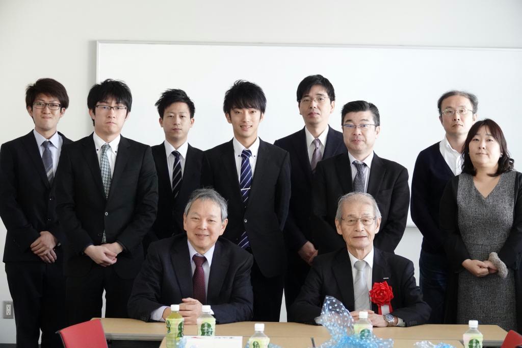 平成30年3月に九州大学筑紫キャンパスで講演した吉野彰氏(前列右)と岡田重人教授(同左)。九大の学生らと交流を深めた(九州大学提供)