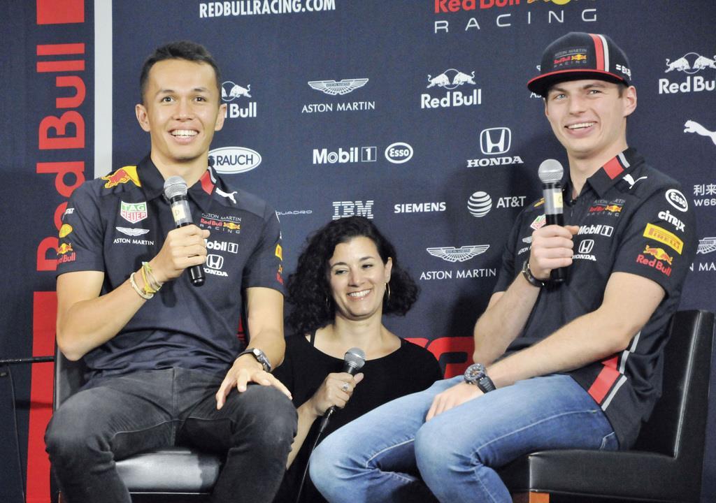 F1日本グランプリを控え、記者会見したレッドブルのマックス・フェルスタッペン(右)とアレクサンダー・アルボン(左)=9日、東京都渋谷区