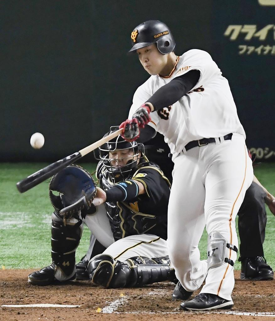【プロ野球CS3巨人対阪神】3回、巨人の岡本が1死満塁の場面で中越えに逆転の2点二塁打を放つ。捕手、梅野=東京ドーム