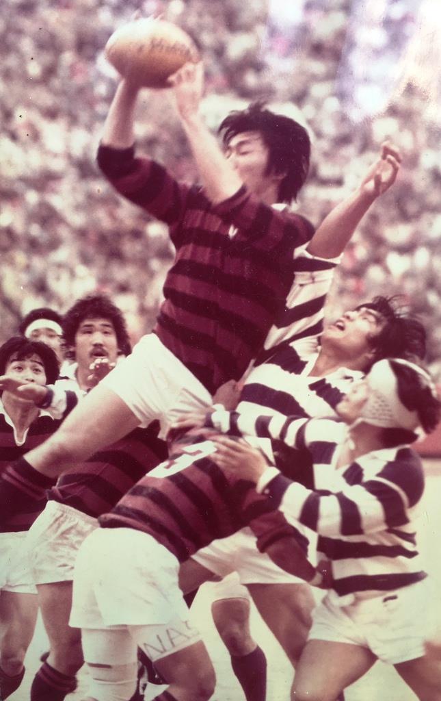 昭和56年12月の関東大学対抗戦で明治大と対戦した寺林努さん(中央)。旧国立競技場に6万2064人(当時)の収容人数をはるかに超える大観衆を集めた伝統の一戦は戦前の予想を覆し早稲田大が勝利した(本人提供)