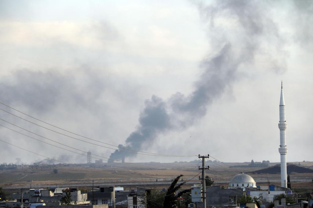 トルコ軍が侵攻したシリア北部テルアビヤドで立ち上る黒煙=10日、トルコ南東部アクチャカレ(共同)