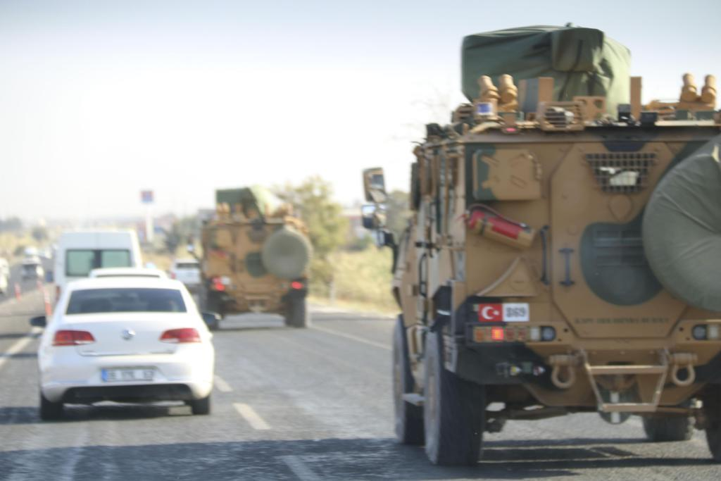 シリア国境に向かうトルコ軍の車両=10日、トルコ南東部アクチャカレ付近(共同)