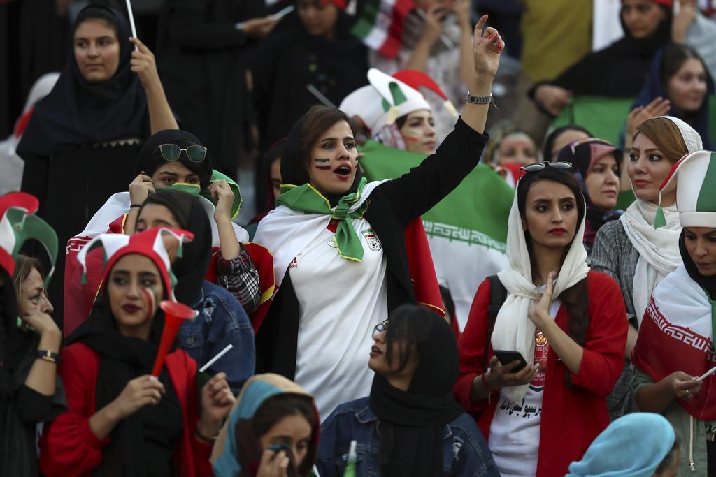 10日、イランの首都テヘランで、サッカー・ワールドカップ(W杯)アジア2次予選のイラン-カンボジア戦を観戦するイラン人の女性ら(AP)