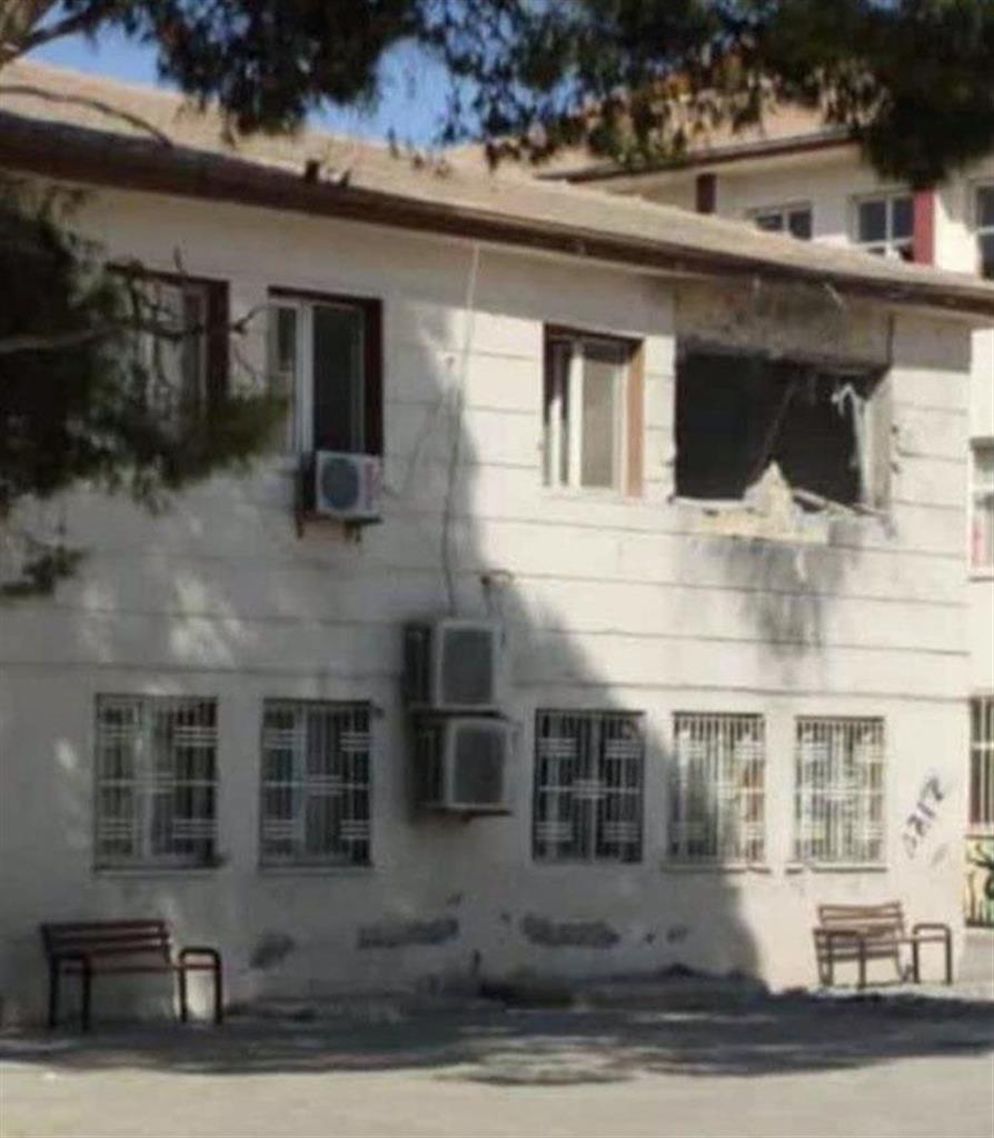 トルコ南東部アクチャカレで、シリア側からの砲撃を受けた建物=10日(地元住民提供・共同)