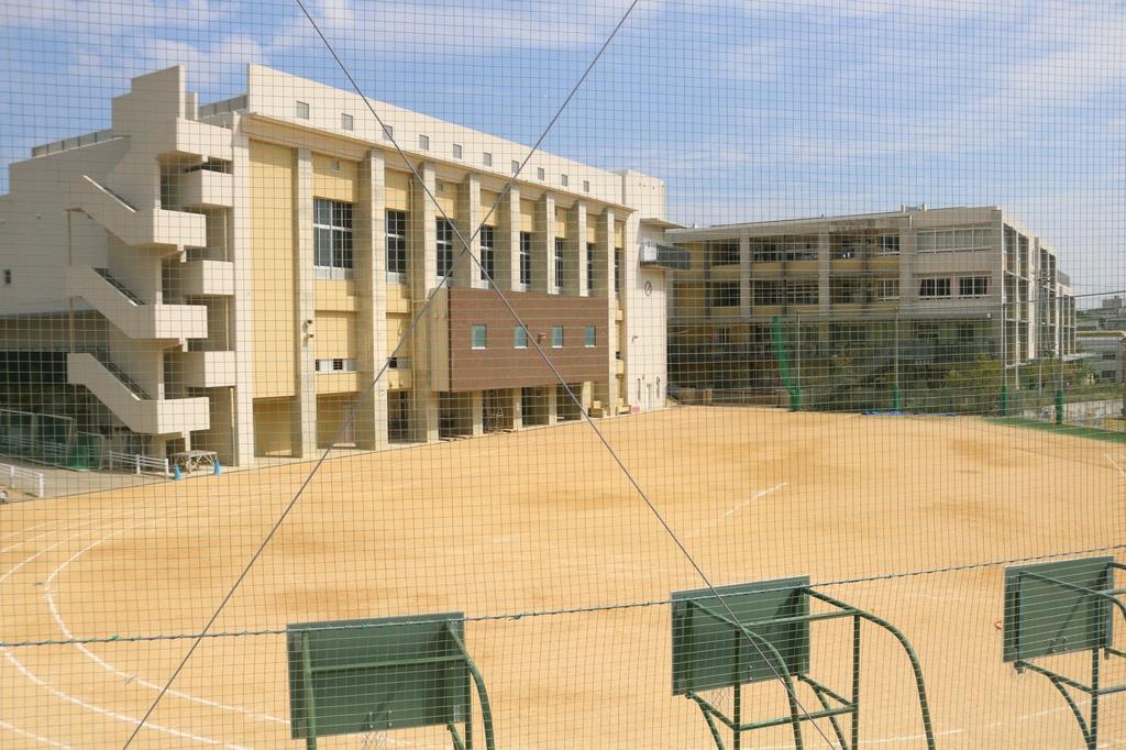 校庭の拡幅を進めている神戸市立神戸祇園小学校=同市兵庫区