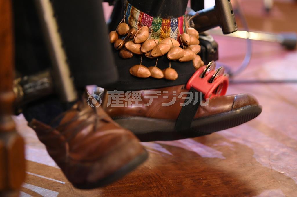 山下純一さん。歩けなくても、足に楽器をつけ軽快なリズムを刻む