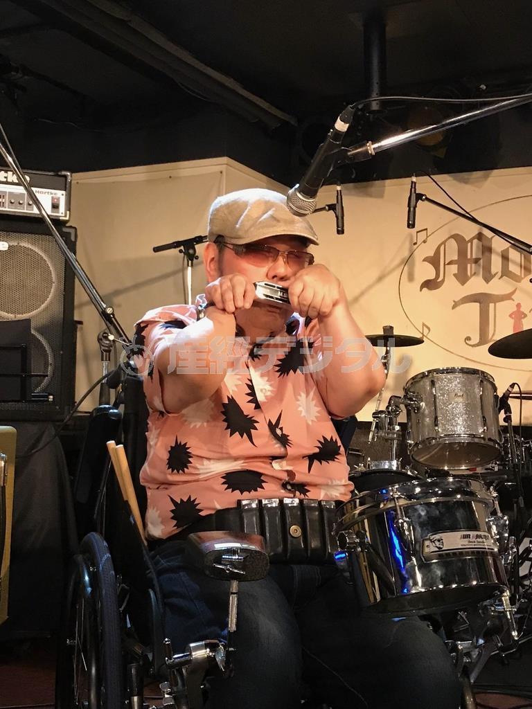 山下純一さん。車椅子に装着したパーカッションでも演奏する(本人提供)