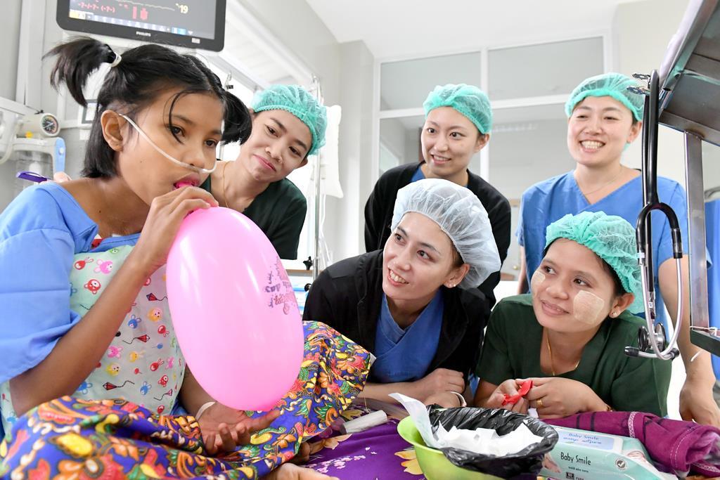 ICUで患者の様子を確認するミャンマーと日本の看護師=9月27日午前、ミャンマー・ヤンゴンの国立ヤンキン子供病院(沢野貴信撮影)