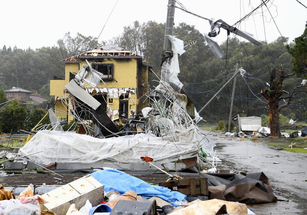 竜巻とみられる突風で被害を受けた千葉県市原市の現場=12日午前11時50分