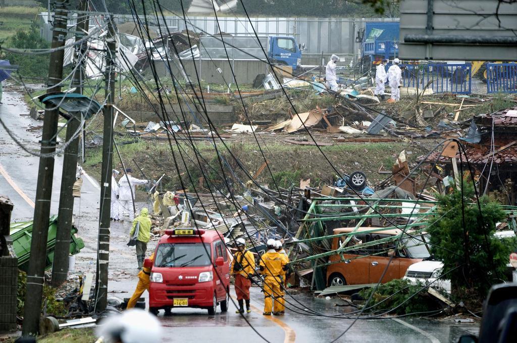 竜巻とみられる突風により被害を受けた千葉県市原市の現場=12日午前11時59分