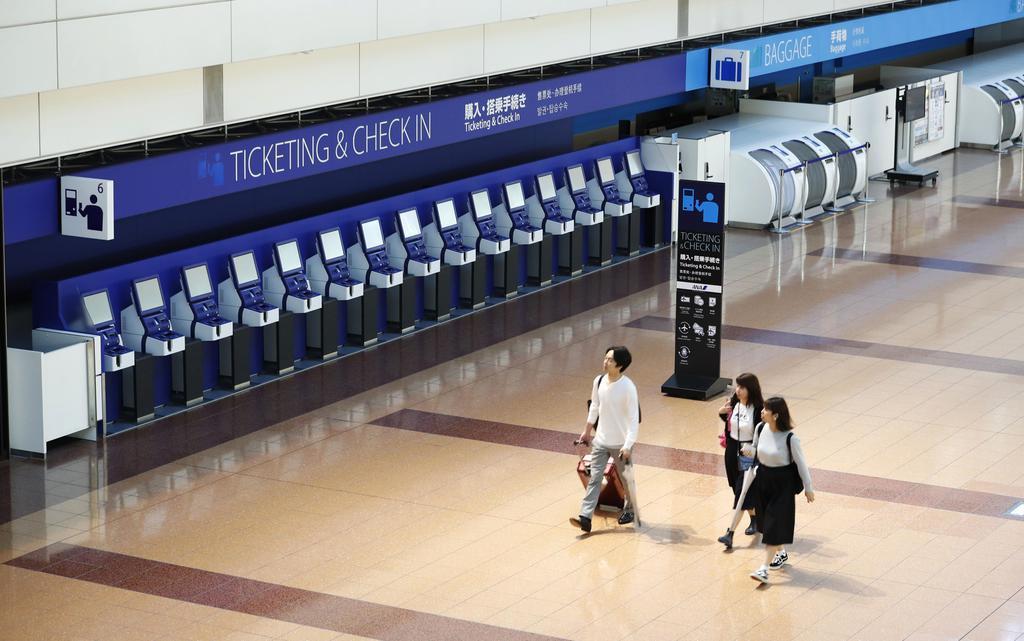 台風19号の接近でほとんどの便が欠航になり、人影がまばらな羽田空港の国内線ターミナル=12日午前8時12分