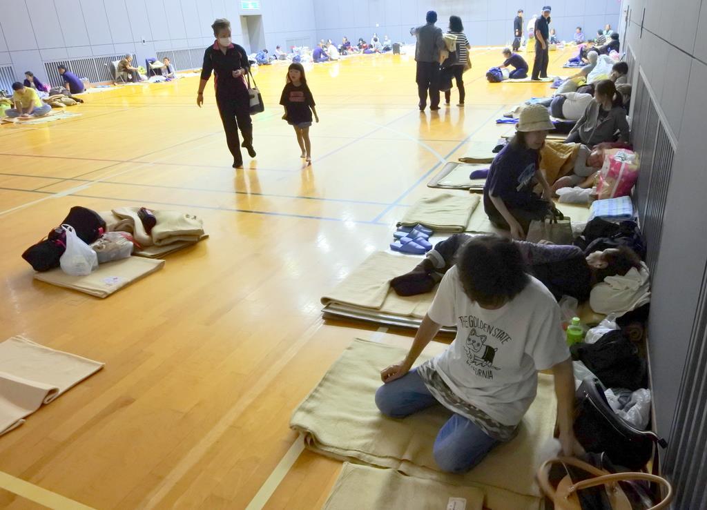 台風19号の接近に備え、市が開設した避難所に自主避難する住民ら=12日、千葉県旭市(城之内和義撮影)
