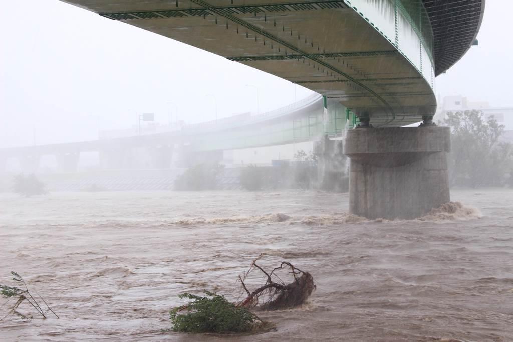 うねりを伴いながら濁流が流れた狩野川=12日、伊豆市熊坂(石原颯撮影)