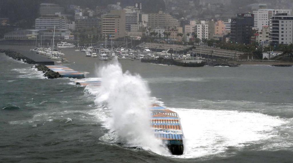 台風19号の影響で静岡県熱海市の海岸に打ち寄せる大波=12日午前