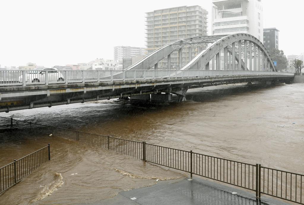 台風19号の影響で増水した静岡県沼津市の狩野川=12日午後0時45分