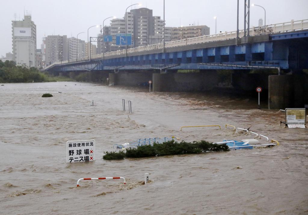 台風19号の影響で、増水した多摩川。河川敷が一面、濁流で覆われていた=12日午後4時24分、東京都大田区