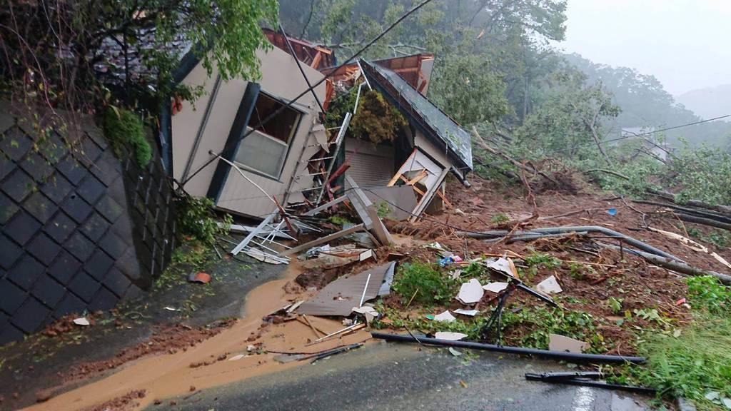 相模原市では土砂崩れが発生し、建物が倒壊した=12日午後、同市緑区牧野