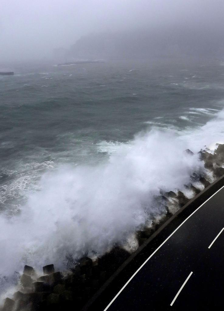 台風19号の影響で打ち寄せる大波=12日正午、静岡県熱海市