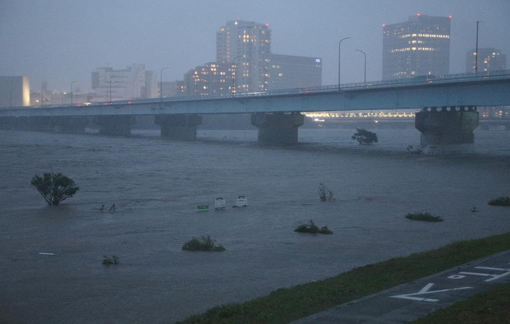 台風19号の影響で、氾濫危険水位に達した多摩川=12日午後、神奈川県川崎市(佐藤徳昭撮影)