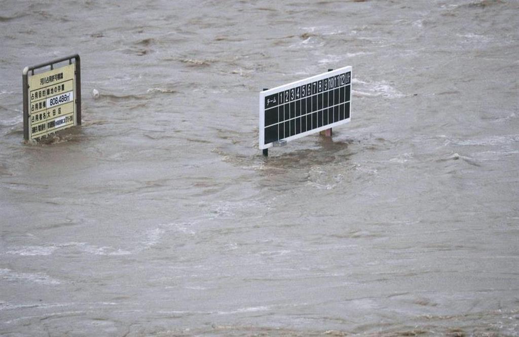 台風19号の影響で増水した多摩川=12日午後4時26分、東京都大田区