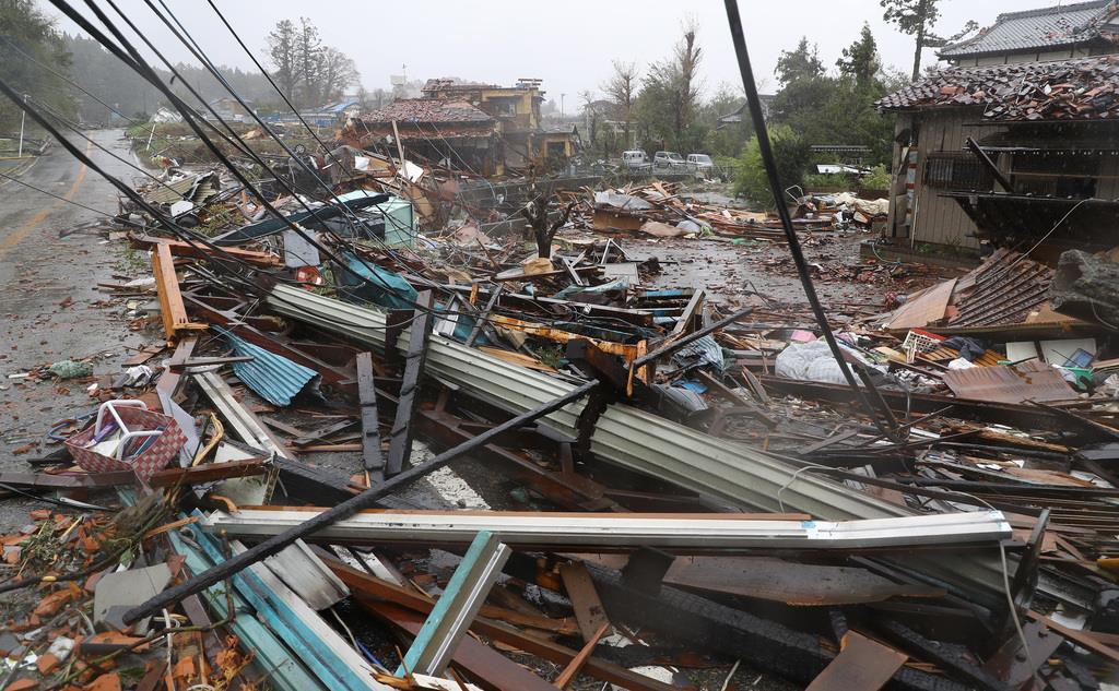 竜巻と見られる強風により被害を受けた千葉県市原市永吉付近では電柱や家屋が倒壊していた=12日午後、千葉県市原市(納冨康撮影)