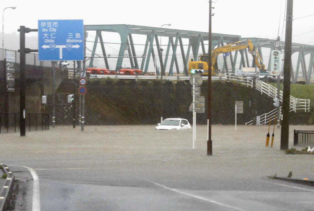 台風19号の影響で冠水した静岡県伊豆の国市の道路=12日午後3時58分