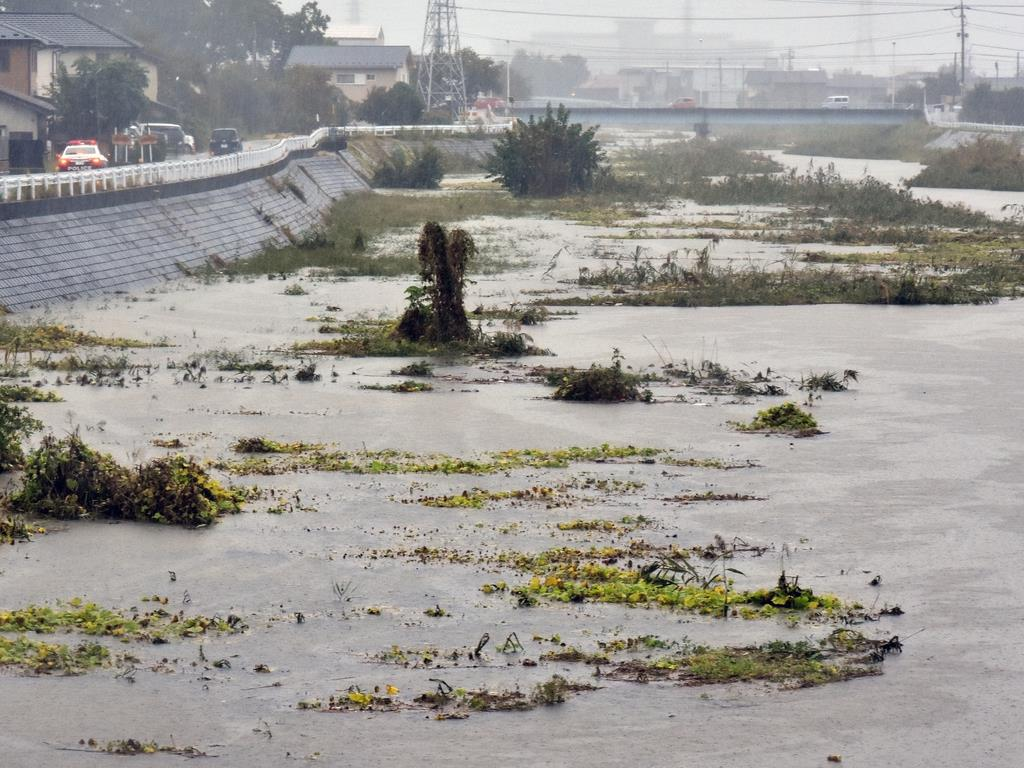 台風19号による大雨で水位が上がった甲府市の濁川=12日午後1時35分ごろ(渡辺浩撮影)