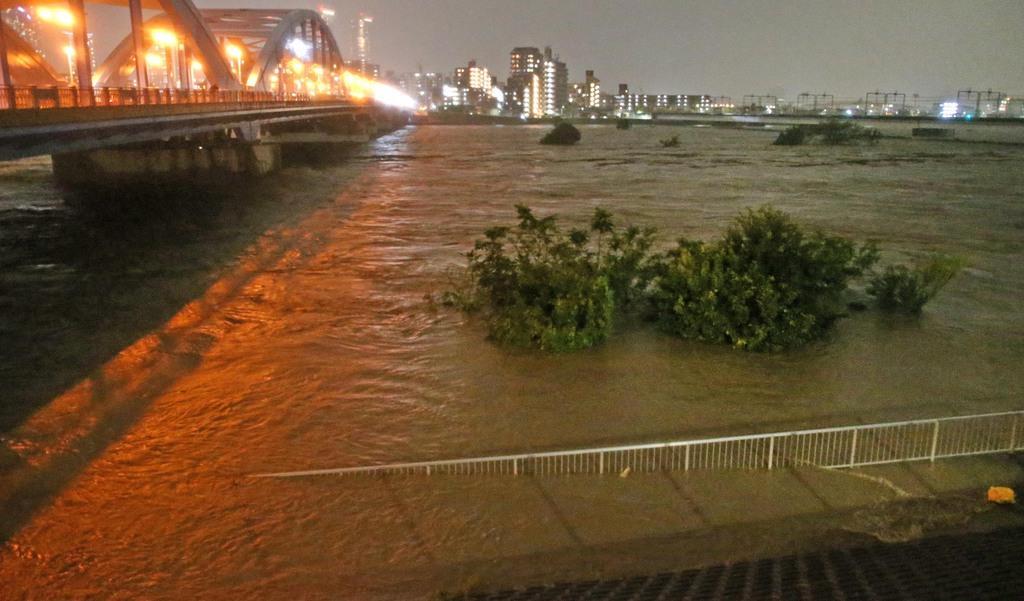 台風19号の影響で、氾濫危険水位に達した多摩川=12日午後、東京都大田区(佐藤徳昭撮影)