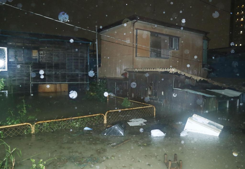 台風19号の影響で冠水した川崎市の住宅周辺=12日午後6時37分