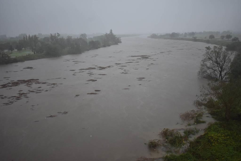 台風19号に伴う大雨で水位が増した荒川=12日午後3時半ごろ、埼玉県志木市の羽根倉橋(内田優作撮影)
